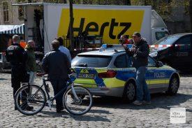 Für den Dreh brauste auch ein Polizeiwagen mit Blaulicht und Martinshorn durch die Innenstadt. Alle haben sich umgedreht und nur wenigen dürfte die kleine Kamera aufgefallen sein, die auf dem Dach montiert war. (Foto: Michael Bührke)