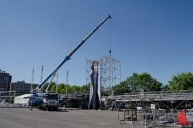 Ein Baukran hilft beim Aufbau der beiden Bühnen. (Foto: th)