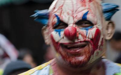 Noch hat er gut lachen. Wird aber schon bald mit geballten Ladungen deutscher Waidmänner rechnen müssen. Wildgewordener Horror-Clown.