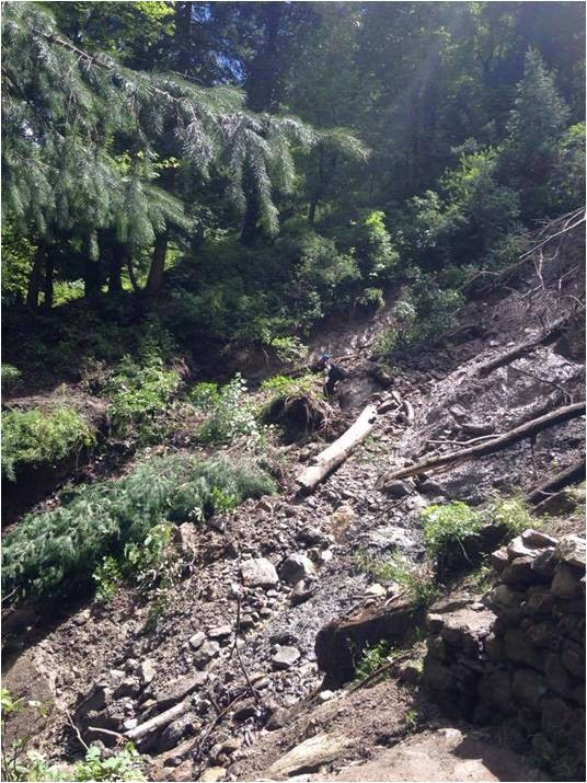 landslide on hike to hot water spring kheerganga, Himachal Pradesh