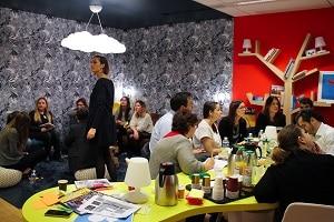 Atelier créatif chez Aviva, toutes les idées sont inscrites sur des post-it pour faire naître des territoires d'innovation.