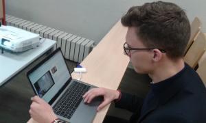Anthony Lecomte, étudiant en 4e année de marketing à l'ESGCI, teste le logiciel IA Learning depuis un mois. ©Célia Garcia-Montero