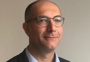 Michael Kodochian, directeur de l'Innovation et des Projets Stratégiques d'Atol, finalise les lunettes pour l'autonomie des personnes âgées afin de les commercialiser en septembre. ©DR