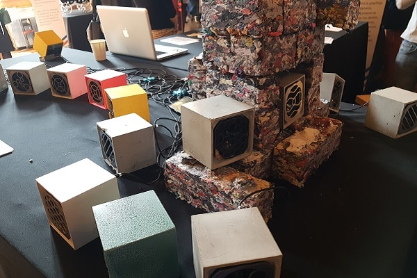 """Des produits """"made in France"""" présentés lors du Hacking (la réalité virtuelle pour sauver des vies D'un seul geste; de l'enceinte en béton du Pavé français et la brique en textiles recyclés de la FabBrik)"""