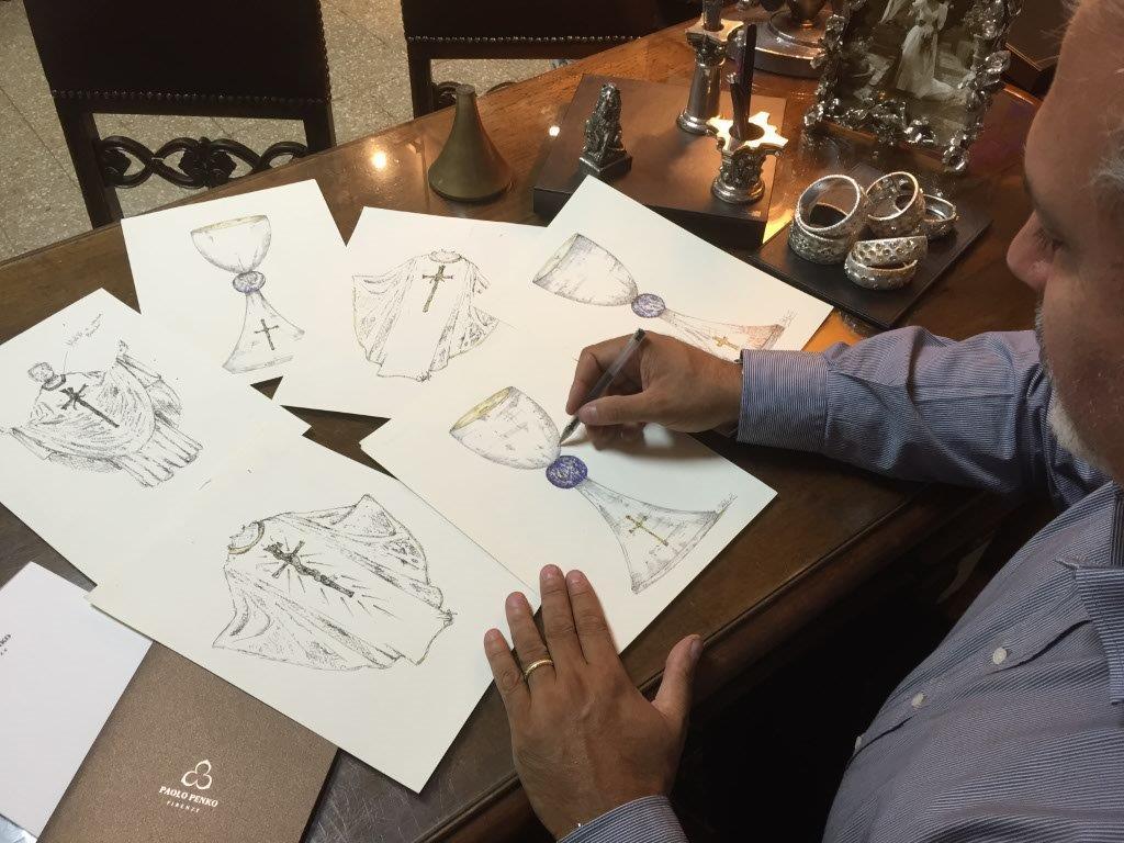 Paolo Penko metre progetta i calici e le casule per la Messa celebrata da Papa Francesco