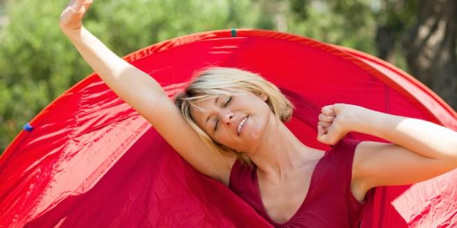 Hoe slaap je nou echt lekker in een tent? Een topdekmatras in tent - AllinMam.com