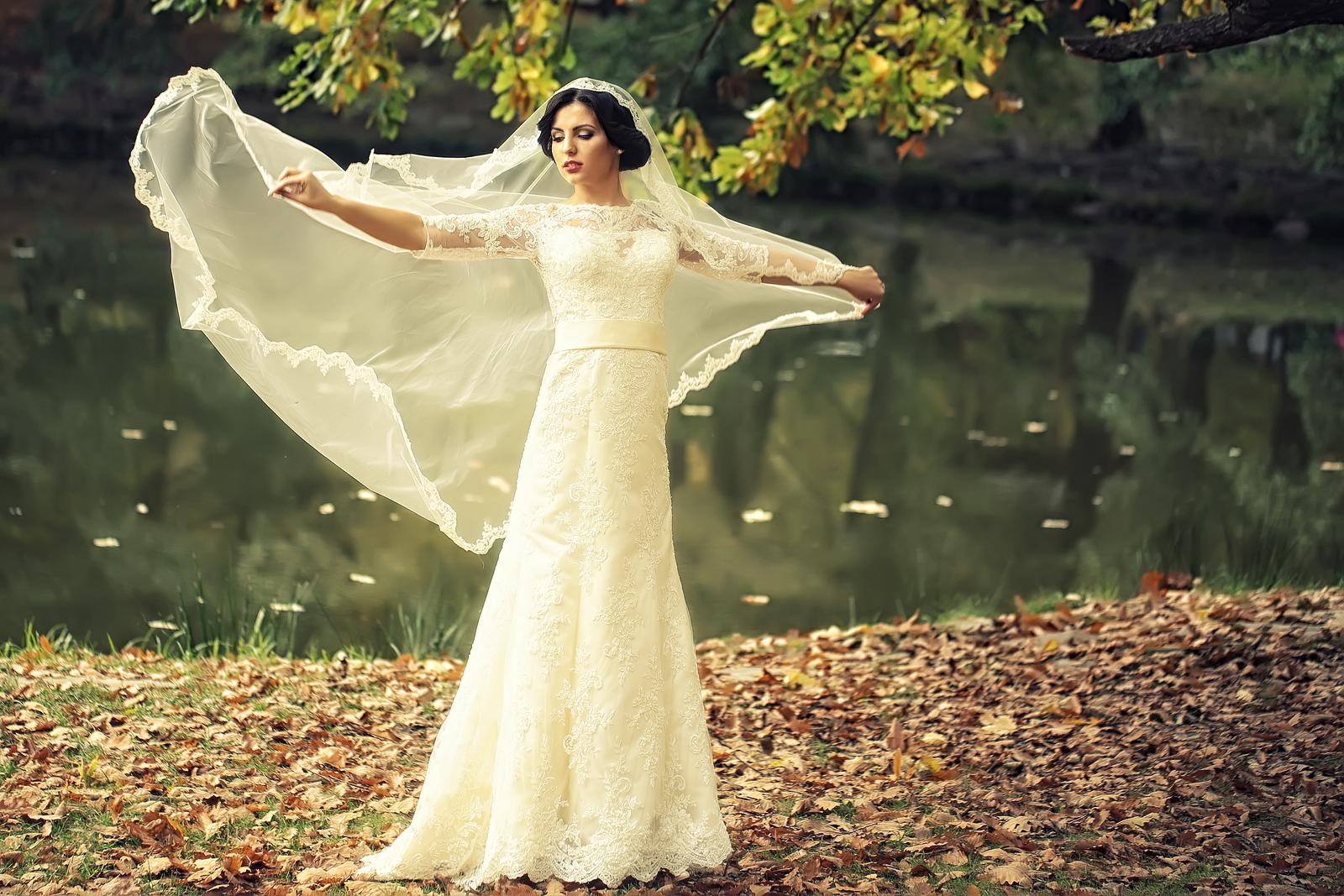 Brides Wear White Wedding Dress