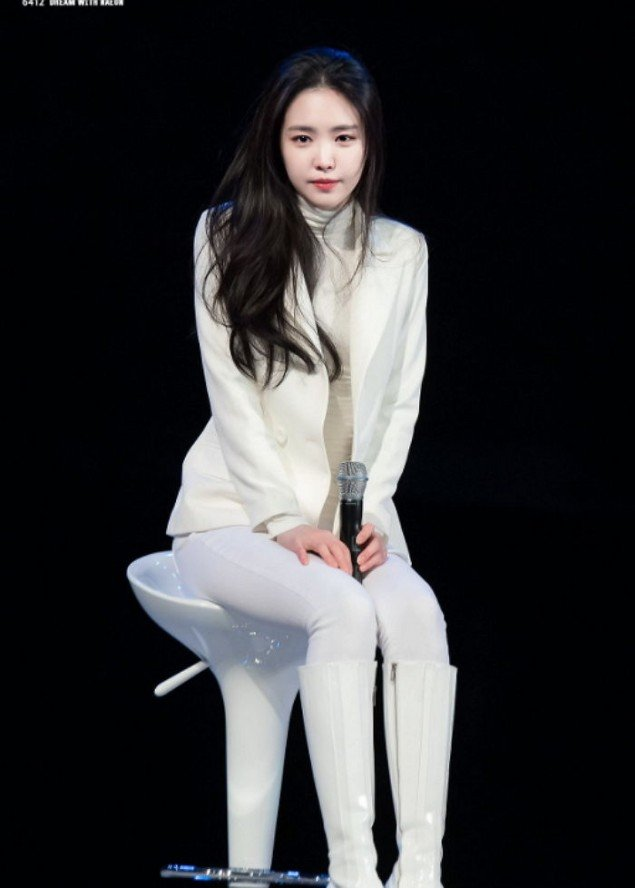 pink high heel chair sponge cushion a pink's na-eun performs in front of fans despite her ankle injury | allkpop