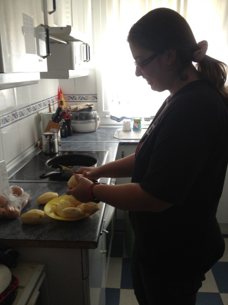 Spanish home cooking - Slicing potatoes for the tortilla