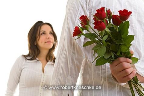Rote Rosen hinter dem Rücken