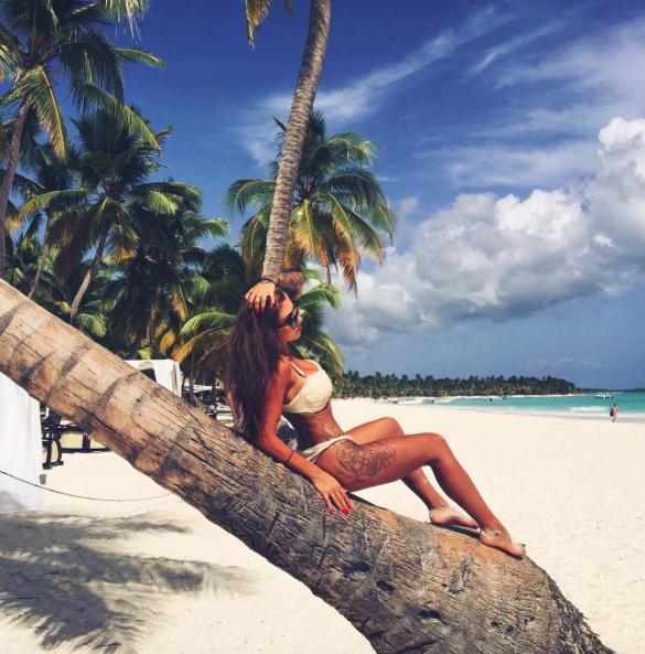 bikini body goals beach photoshoot deynn allthestufficareabout
