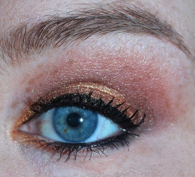 Autumn eye looks are warm, inviting, & make blue eyes really pop! Check out this eyeshadow look using the Too Faced Star Dust by Vegas Nay Palette- a favorite for fall! View all the details on All Things Beautiful XO