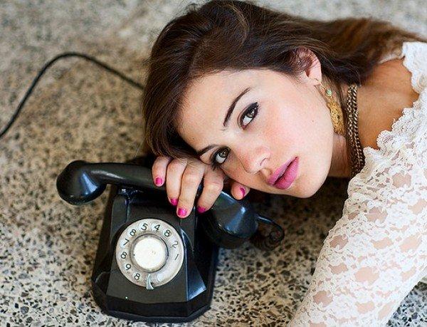 Влюблённая женщина живёт в ожидании ваших телефонных звонков и сообщений
