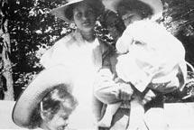 Alma mit Gustav Mahler und den beiden Töchtern