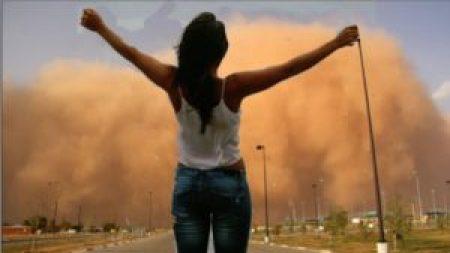 Photo girl defying dust storm