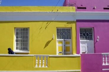 Habitante da Cidade do Cabo saindo de sua casa, no bairro Bo-Kaap