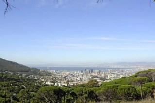 A Cidade do Cabo vista da encosta que leva ao teleférico para as table mountains