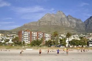 Voleibol de praia em Camps Bay, com parte das montanhas Doze Apóstolos em pano de fundo