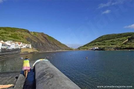 Veraneantes nas águas da baía de Porto Pim, Horta
