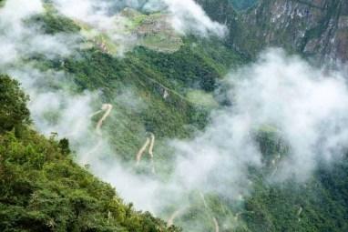 A estrada a serpentear montanha acima