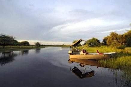 Barco atracado num braço do Delta do Okavango