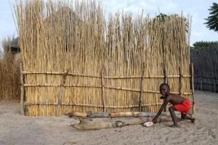 Miúdo numa pequena aldeia do Botswana