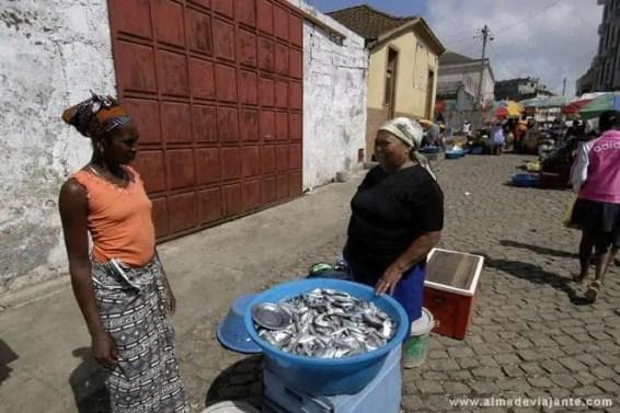 Venda de peixe no exterior do mercado de Assomada