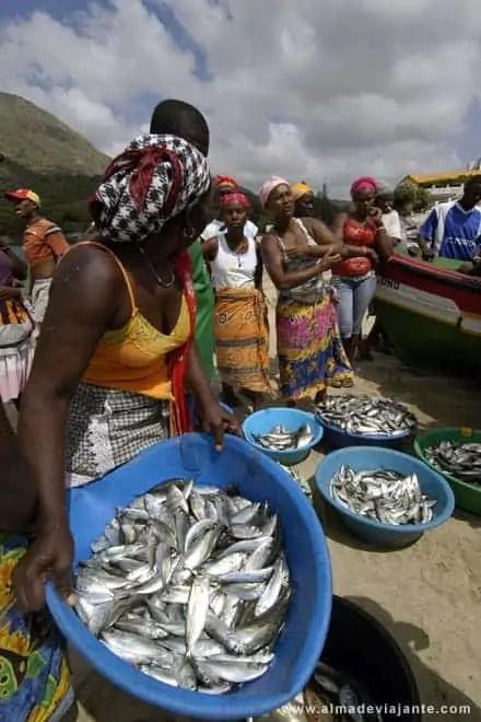 Peixeiras abastecendo-se na praia do Tarrafal, Cabo Verde