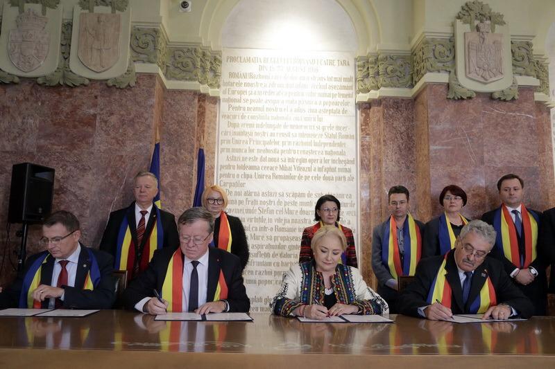 Imagini pentru foto semnarea acord sindicate guvern 29 noiembrie 2018, alba iulia