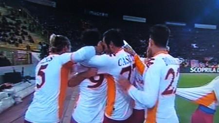 De Rossi festeggiato dopo il goal
