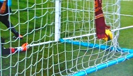 La palla nel sacco con sciarpa della Roma