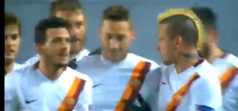 Francesco Totti e l'abbraccio dei compagni