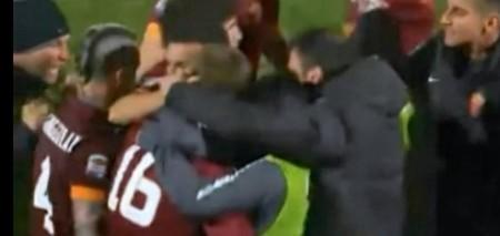 Tutto il gruppo romanista abbraccia De Rossi dopo il goal