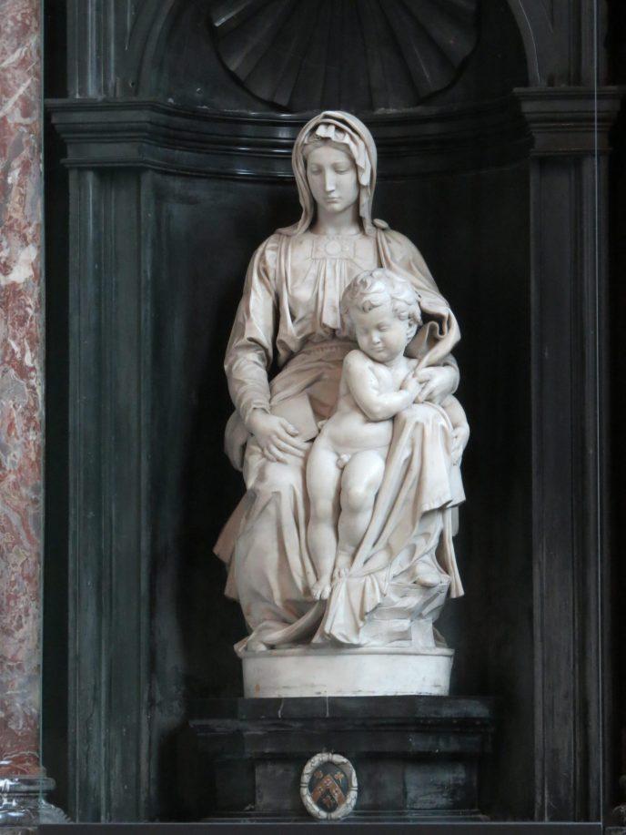 Escultura Virgem Maria com a Criança de Michelangelo Bruges