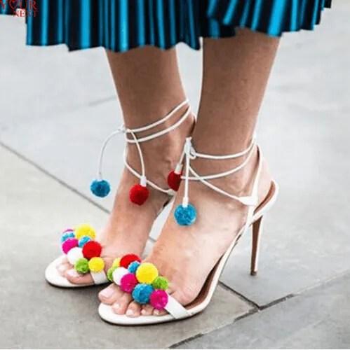 Sandália de pom-pom