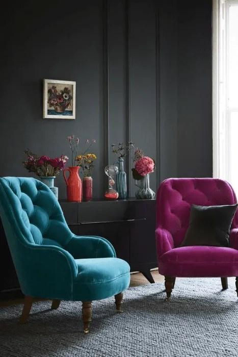 Móveis coloridos: poltronas rosa e azul.