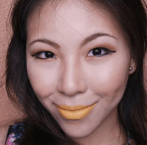 Maquiagem em tons amarelos