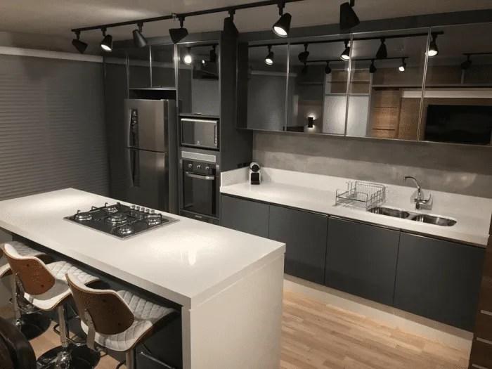 Cozinha planejada: portas de armários espelhadas.