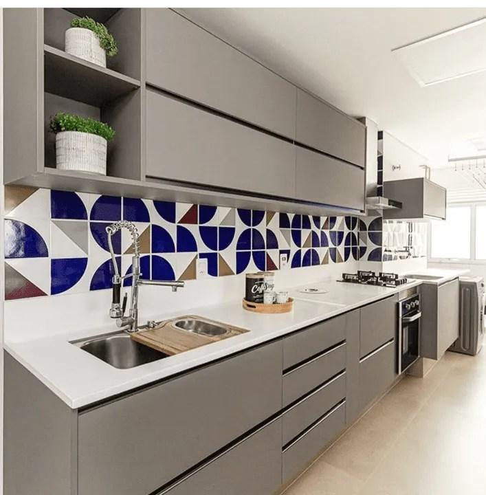 Cozinha planejada com ladrilhos hidráulicos.