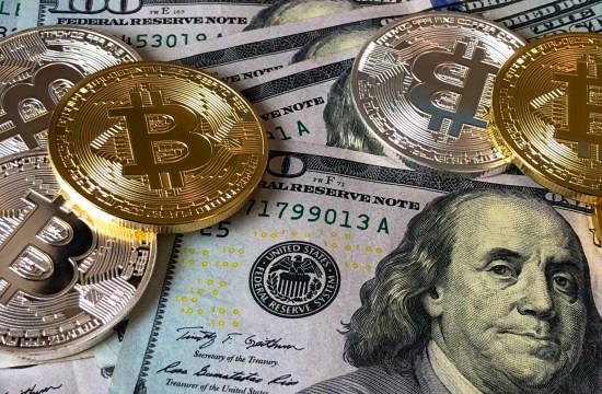 Bitcoin sobre notas de dólares