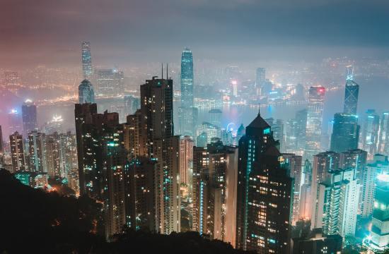 Prédios futuristas vistos a noite, remetendo a ciência do futuro.