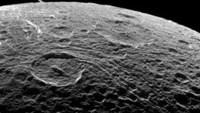عند مشاهدة سطح القمر من خلال التلسكوب يظهر أنه يتكون من