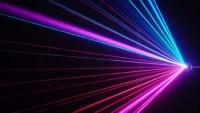 يسلك الضوء سلوك الموجات عند انتقاله في الفضاء , ويسلك سلوك