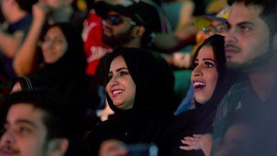 فتاة سعودية تحتضن عضو بفرقة BTS