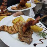 Mixt grill din piept de pui la gratar cu muschi file de porc si carnaciori de casa Servit cu cartofi cu rozmarin la cuptor si salata de varza alba si varza rosie cu dressing clasic