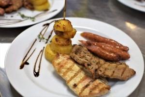 Preparat de baza Mixt grill din piept de pui la gratar cu muschi file de porc si carnaciori de casa Servit cu cartofi cu rozmarin la cuptor si salata de varza alba si varza rosie cu dressing clasic