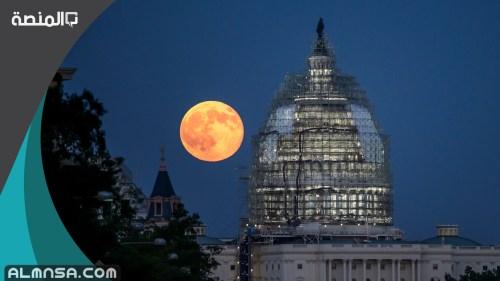 ما سبب اضاءة القمر ليلا