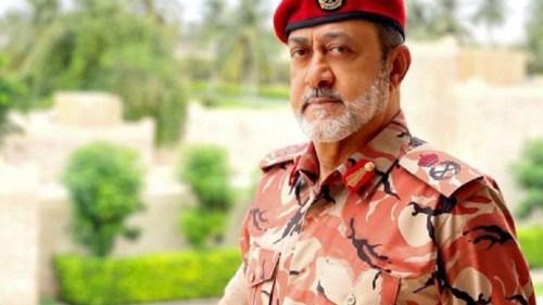 السلطان هيثم بن طارق المعظم بالزي العسكري