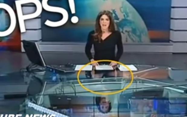 بالفيديو: ما فعلته مذيعة الأخبار تحت الطاولة!