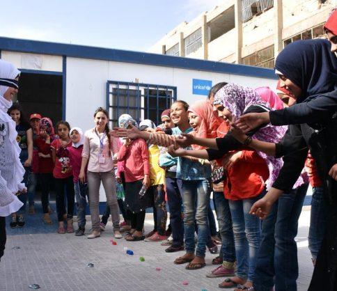 لاجئة سورية تفاجئء الجميع و تعين أصغر سفيرة للنوايا الحسنة